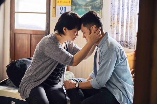 邱志宇同志片「床上擦枪」 妈妈看完给100分:身材这么好