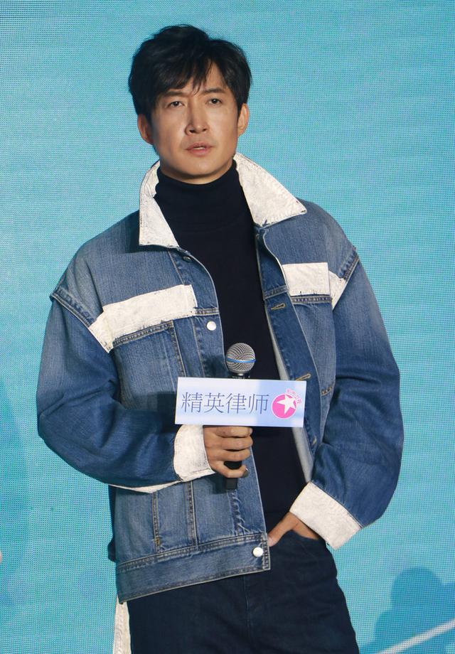 《精英律师》发布会,靳东穿白西裤显优雅个性