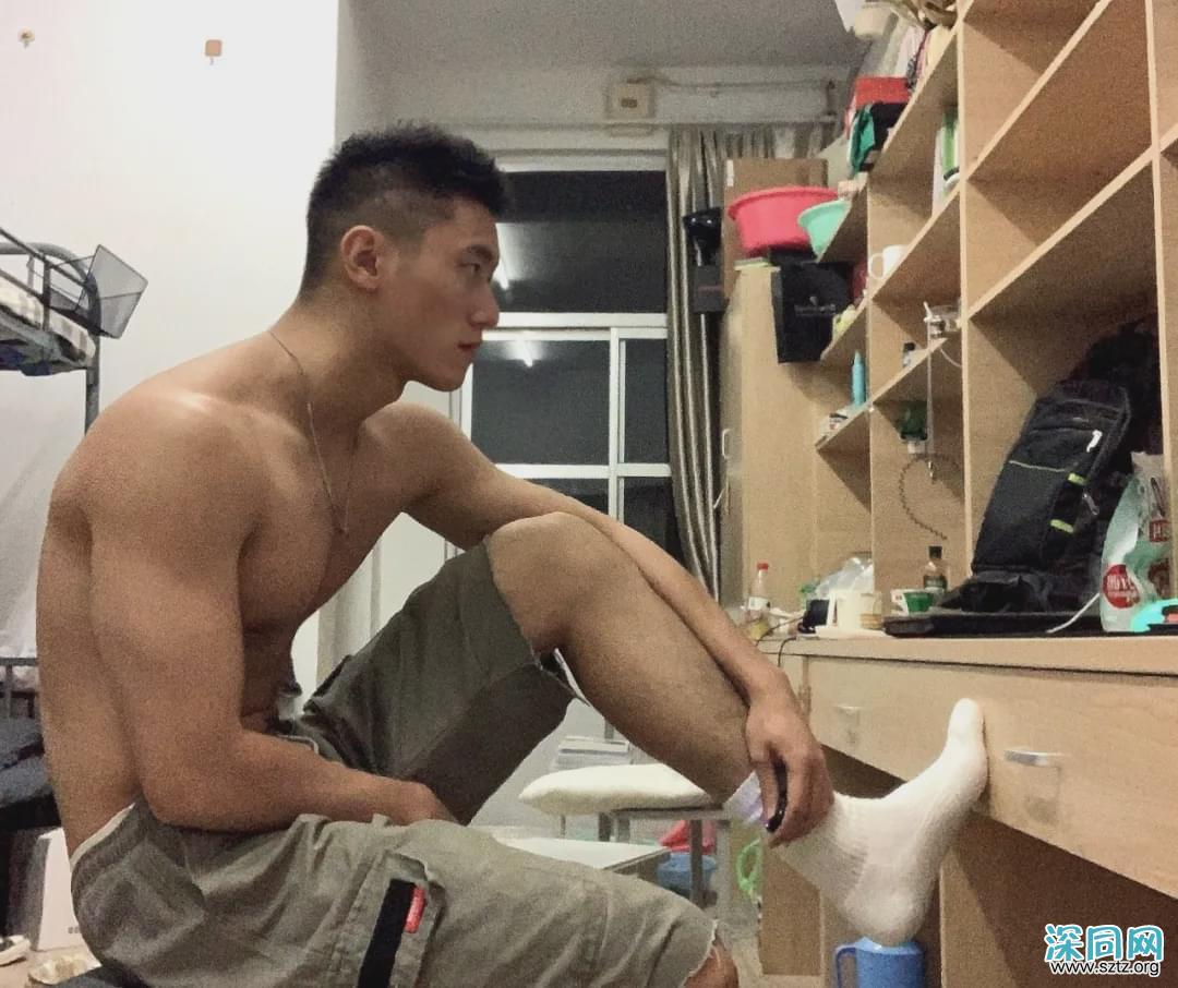 20岁183CM的大学运动男生,身材好到被盗图